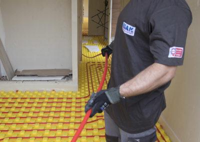 Instalador de clima colocando el tubo del suelo radiante