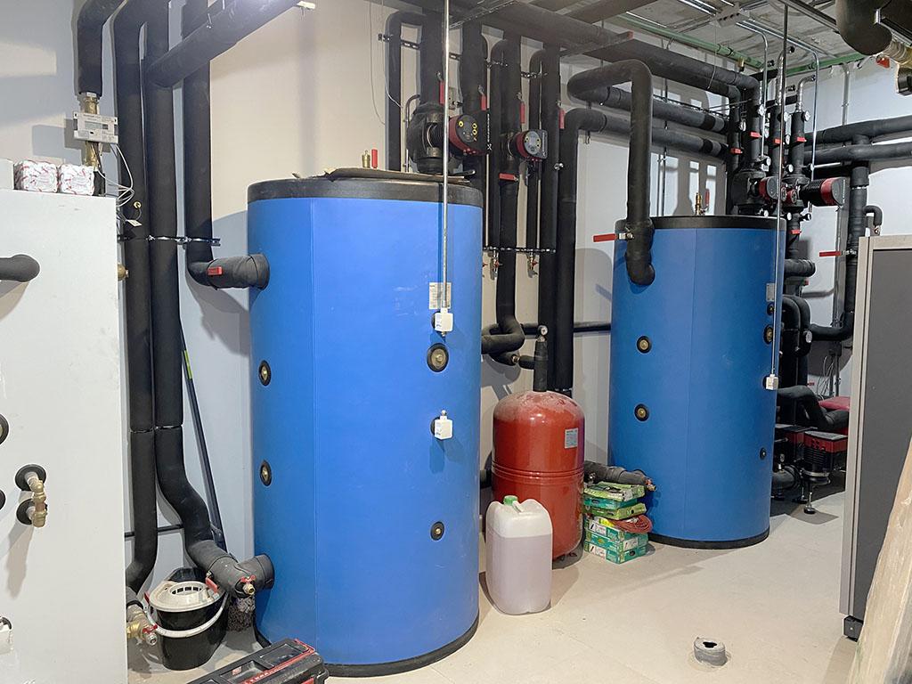 Instalación en curso de cuarto técnico de una clínica con geotermia
